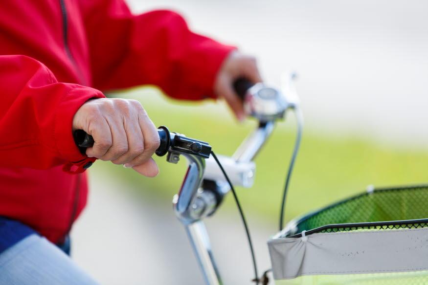 En person cyklar i centrala Katrineholm. Foto: Hanna Maxstad