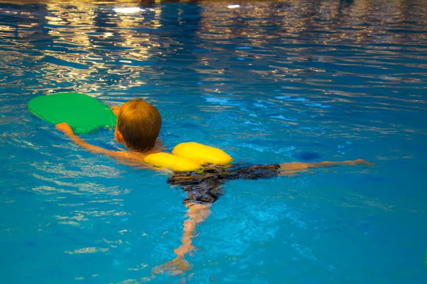 Ett barn som lär sig att simma. Foto: Johan Eklöf