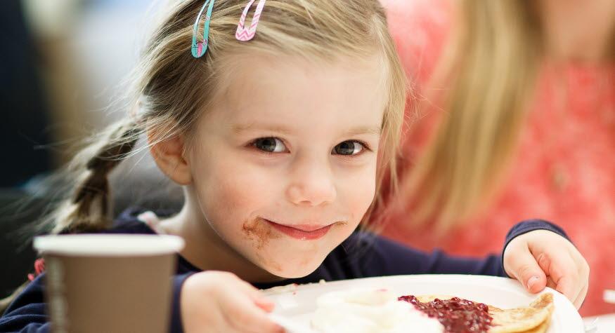 Barn som ska äta pannkaka, foto: Hanna Maxstad