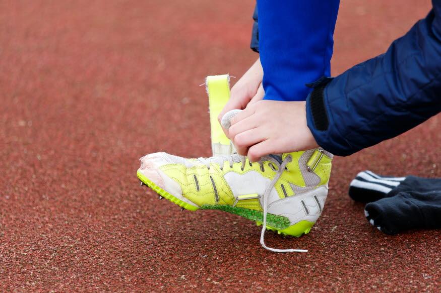 En person knyter sina skor