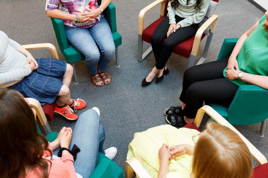 En grupp människor har gruppterapi.